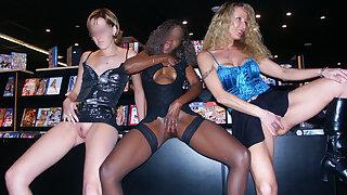 3 coquines exhib  sodo au sexshop